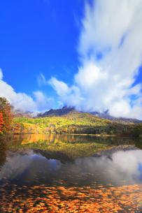 秋の戸隠連山 鏡池と紅葉の写真素材 [FYI04820078]