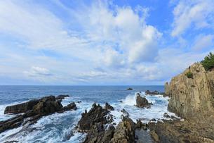 冬の日本海 東尋坊に寄せる波の写真素材 [FYI04820084]