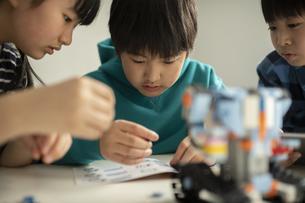 プログラミング・ロボットを組み立てる小学生の写真素材 [FYI04820105]