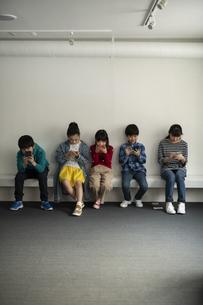スマホにのめりこむ子どもたちの写真素材 [FYI04820151]