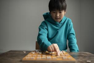 対局する小学生棋士の写真素材 [FYI04820193]
