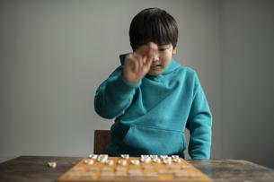 対局する小学生棋士の写真素材 [FYI04820194]