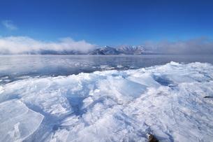 屈斜路湖と寄せ氷とフロストフラワーの写真素材 [FYI04820212]