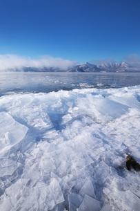 屈斜路湖と寄せ氷とフロストフラワーの写真素材 [FYI04820215]