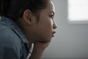 前を見つめる女の子の写真素材 [FYI04820217]