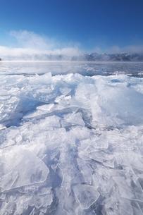 屈斜路湖と寄せ氷とフロストフラワーの写真素材 [FYI04820222]