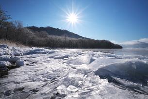 屈斜路湖と寄せ氷の写真素材 [FYI04820225]