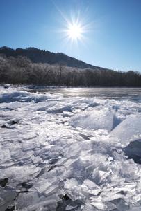屈斜路湖と寄せ氷の写真素材 [FYI04820226]