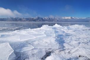 屈斜路湖と寄せ氷とフロストフラワーの写真素材 [FYI04820229]