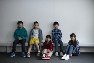 真剣な眼差しの子どもたちの写真素材 [FYI04820255]