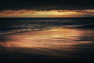 【神奈川県 湘南】夕暮れの海と砂浜の自然風景 夏の写真素材 [FYI04820465]
