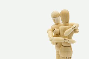 マスクをして抱き合うデッサン人形の写真素材 [FYI04820523]