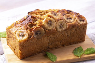 キャラメルバナナのパウンドケーキの写真素材 [FYI04820741]