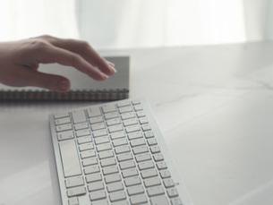 リモートワーク・在宅ワーク・テレワーク。パソコンのキーボードと手もと。の写真素材 [FYI04820945]