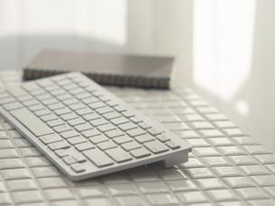 リモートワーク・在宅ワーク・テレワーク。パソコンのキーボード。の写真素材 [FYI04820968]