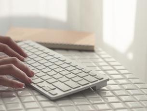リモートワーク・在宅ワーク・テレワーク。パソコンのキーボードと手元。の写真素材 [FYI04820969]