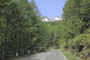 乗鞍岳の見える道の写真素材 [FYI04821269]