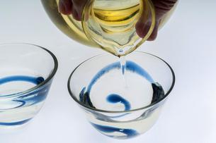 冷酒を注ぐの写真素材 [FYI04821321]