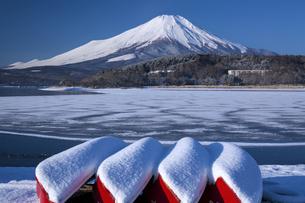 山中湖からの富士山の写真素材 [FYI04821370]