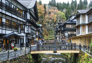 レトロな木造建築温泉旅館が建ち並ぶ銀山温泉の写真素材 [FYI04821519]