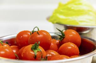 金属の器に盛られた新鮮な野菜の写真素材 [FYI04821676]