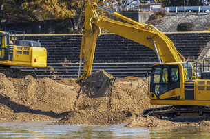 川底の土砂をすくう油圧ショベルの写真素材 [FYI04821686]
