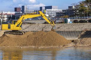 河川工事を行う油圧ショベルの写真素材 [FYI04821688]