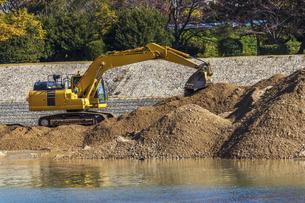 土砂を掘り崩す油圧ショベルの写真素材 [FYI04821690]