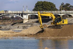 河川工事を行う黄色の油圧ショベルの写真素材 [FYI04821694]