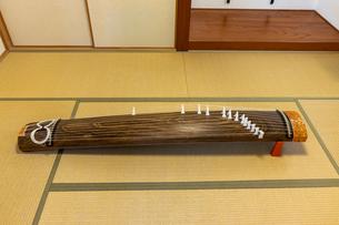畳敷きの和室に置かれた琴の写真素材 [FYI04821733]