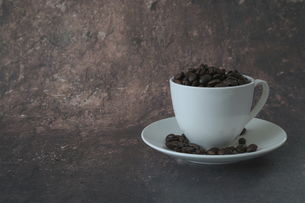 コーヒー豆とコーヒーカップの写真素材 [FYI04821791]