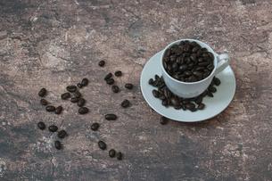 コーヒー豆とコーヒーカップの写真素材 [FYI04821792]