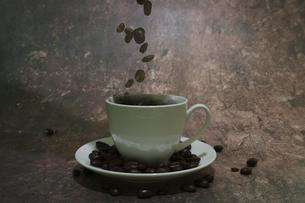 コーヒ豆とコーヒカップの写真素材 [FYI04821793]