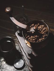コーヒーとコーヒーミルの写真素材 [FYI04821814]