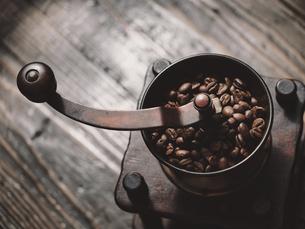 コーヒーとコーヒーミルの写真素材 [FYI04821816]
