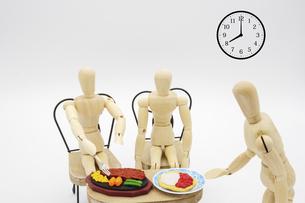 夜8時の営業時短要請を無視して営業する飲食店の写真素材 [FYI04821841]