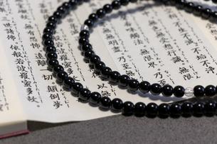 仏教のお経と数珠の写真素材 [FYI04821996]