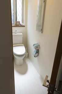 ドアを開けてトイレに入るの写真素材 [FYI04822065]