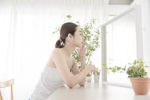 鏡を見て肌の状態をチェックする女性の写真素材 [FYI04822099]