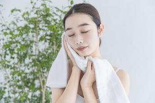 タオルで顔をふく女性の写真素材 [FYI04822105]