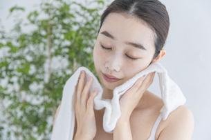 タオルで顔をふく女性の写真素材 [FYI04822106]
