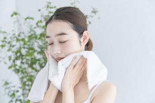 タオルで顔をふく女性の写真素材 [FYI04822107]