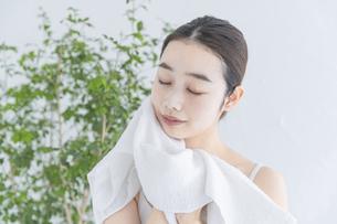 タオルで顔をふく女性の写真素材 [FYI04822108]