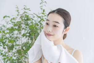 タオルで顔をふく女性の写真素材 [FYI04822109]