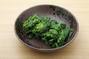 茹でた菜の花のつぼみ。 これは「おひたし」という日本料理です。の写真素材 [FYI04822686]