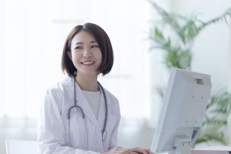 パソコンに向かう白衣の女性の写真素材 [FYI04822748]