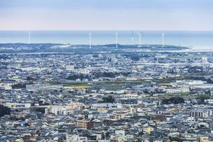 太平洋沿いに風力発電風車を見る浜松の街並みの写真素材 [FYI04822812]