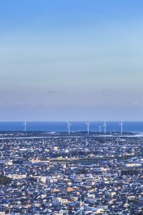 太平洋沿いに風力発電風車を見る浜松の街並みの写真素材 [FYI04822814]