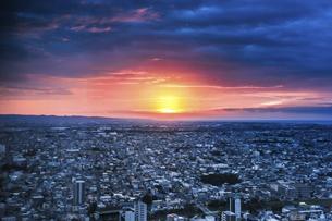 浜松市街地越しに日の出を見るの写真素材 [FYI04822818]