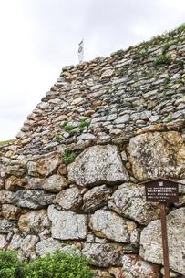 葵紋ののぼり旗が立つ浜松城石垣の写真素材 [FYI04822829]